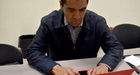 Asesor trabajando en computadora