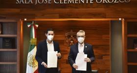Presidente Municipal de Tecolotlán, y Secretario General de la UdeG, con las escrituras