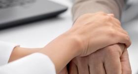manos de una mujer sobre manos de una mano de adulto