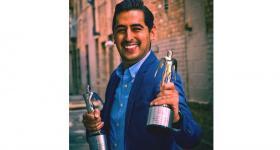 Sebastián Carrillo con reconocimientos en mano